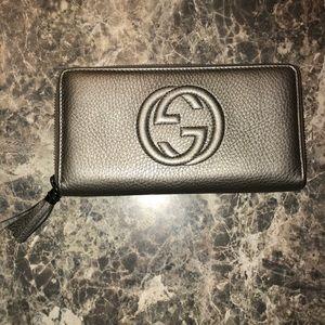 Gucci Soho metallic leather zip around wallet